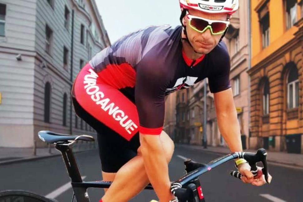 Ciclista in primo piano con città sullo sfondo