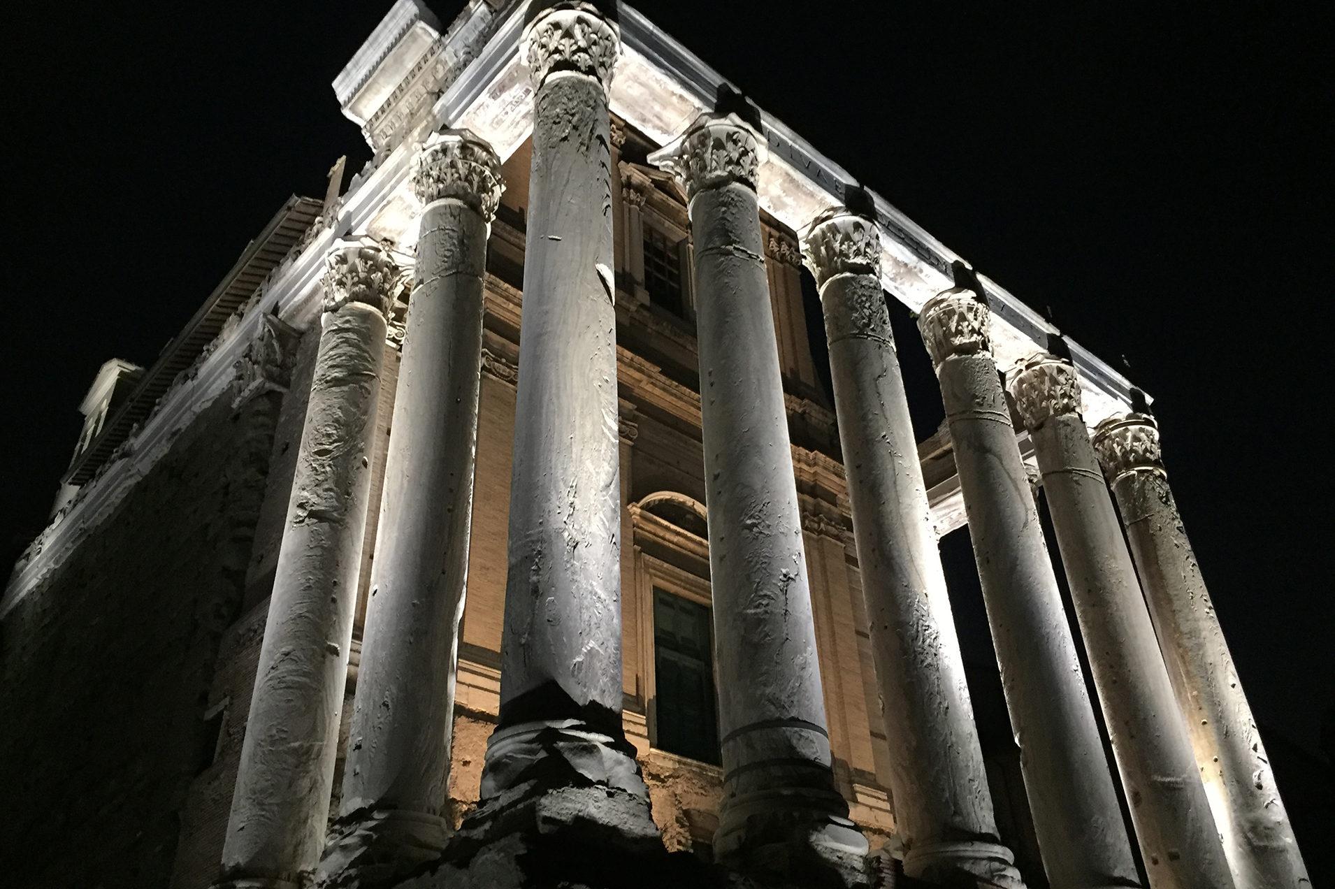 tempio romano visto dal basso